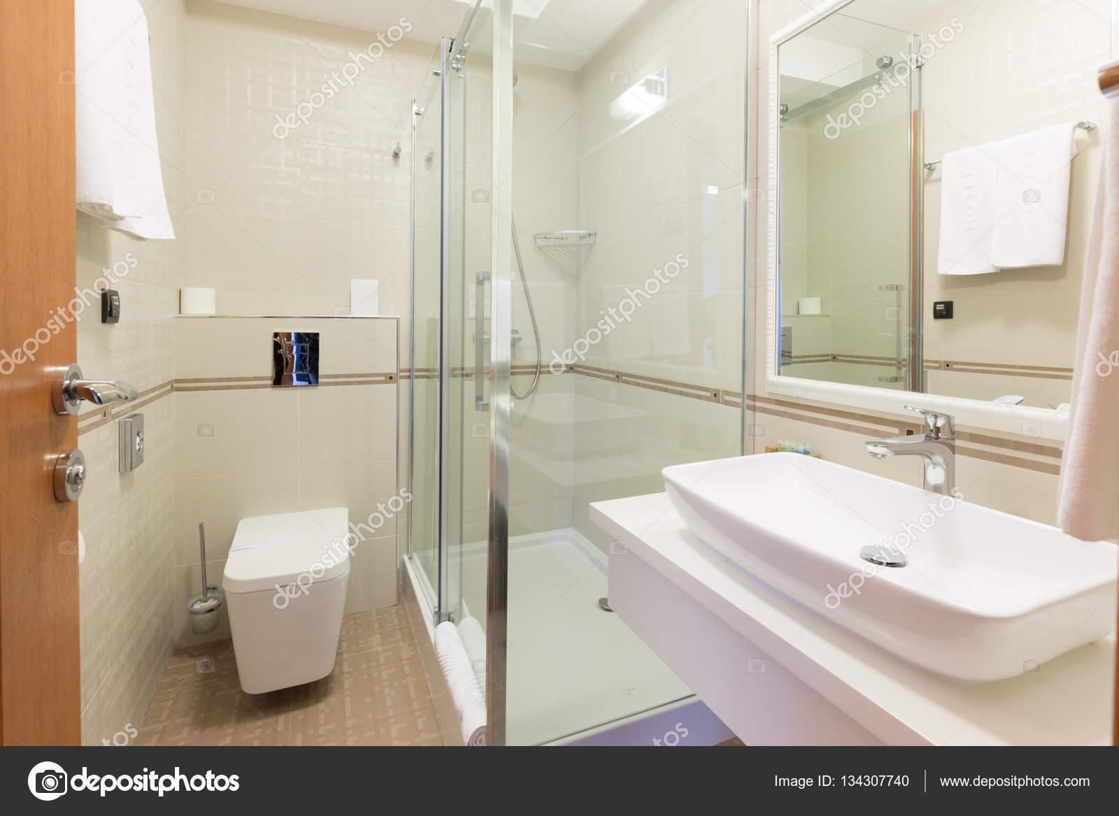 interieur van een hotel badkamer — Stockfoto © rilueda #134307740
