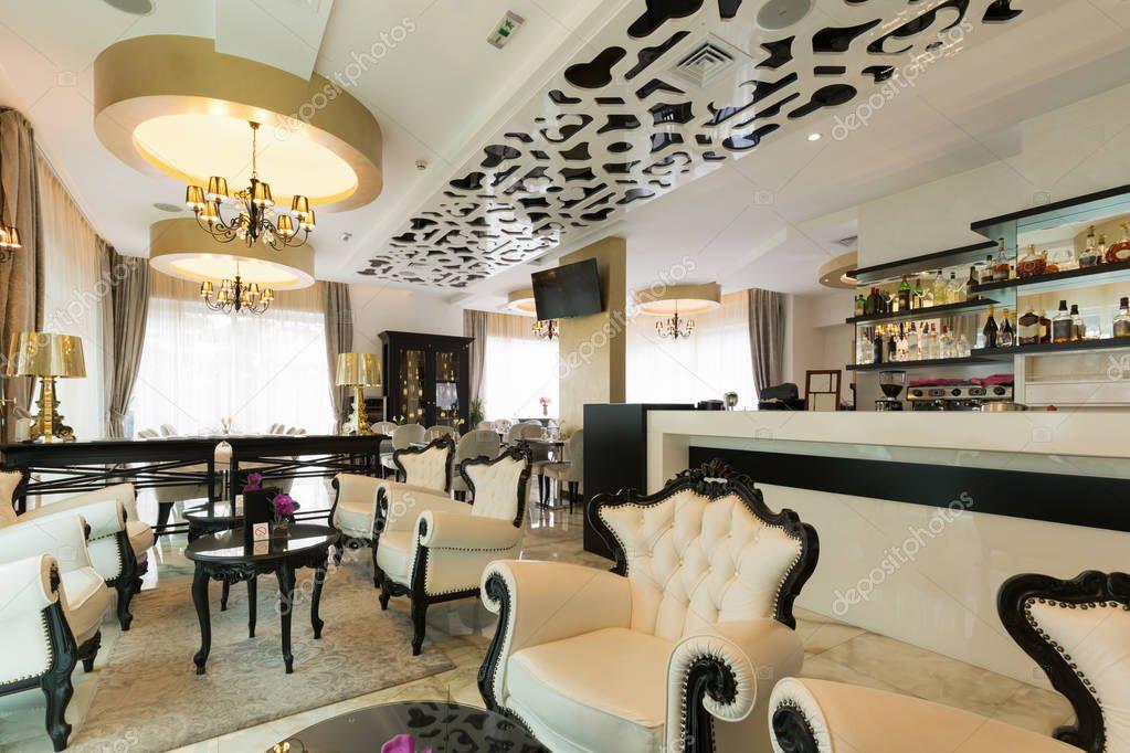 Interno di un moderno bar caffetteria nella hall hotel for Interno moderno