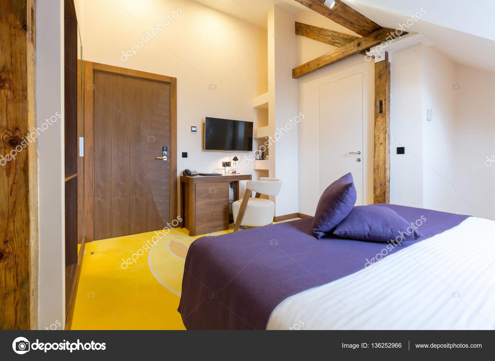 Kleur Corridor Appartement : Hotel slaapkamer interieur in de loft appartement u stockfoto