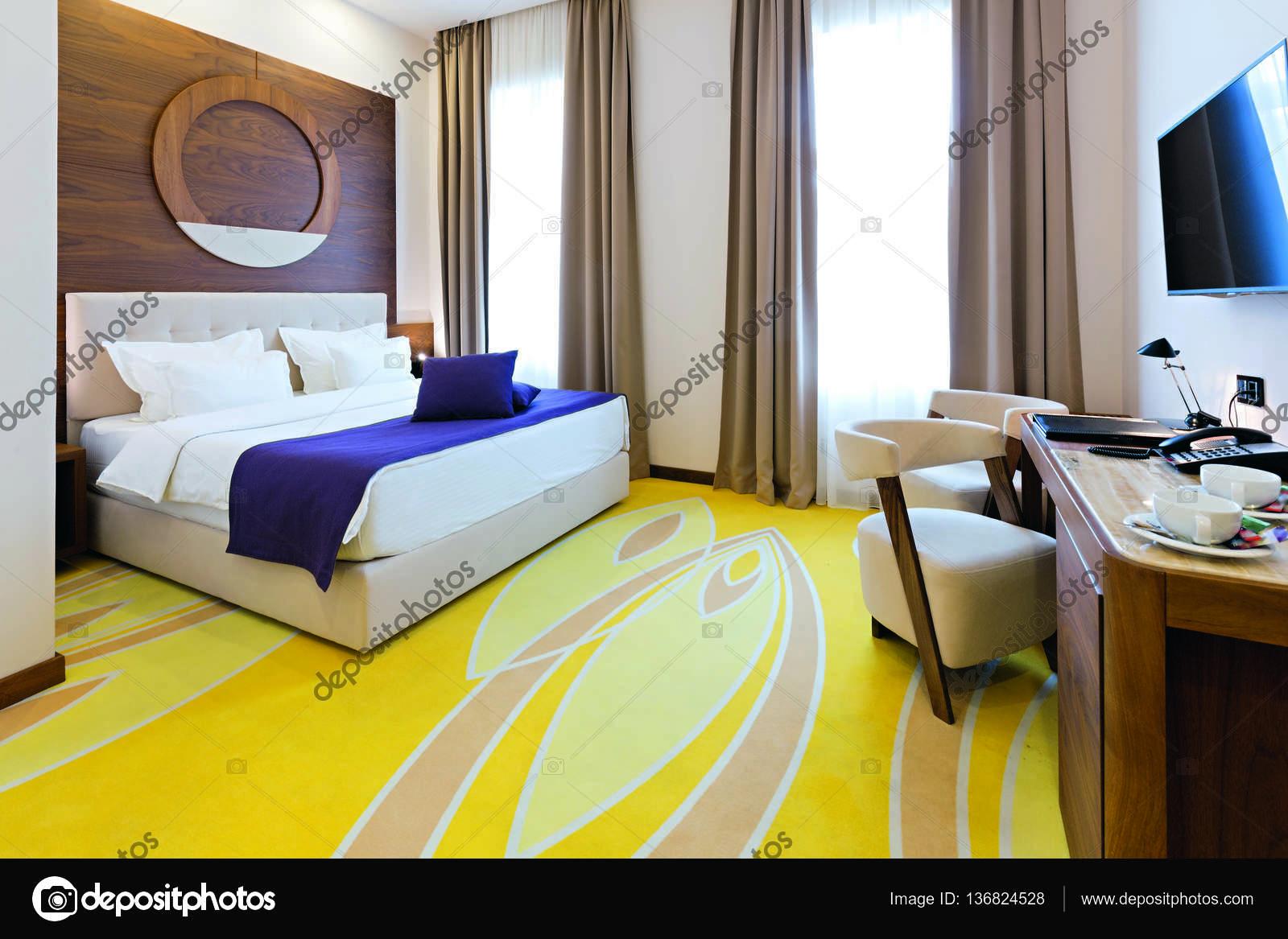 Schlafzimmer im modernen Hotel Zimmer Einrichtung — Stockfoto ...
