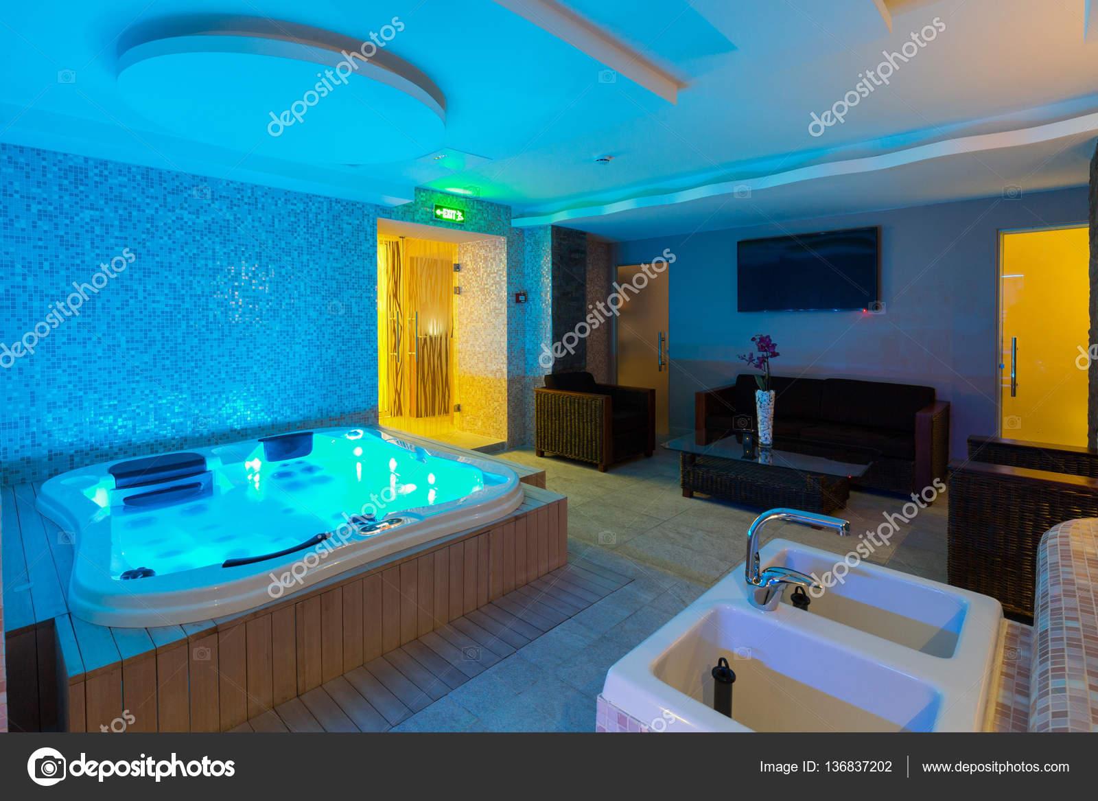 Baignoire jacuzzi au centre de spa d\'hôtel — Photographie ...