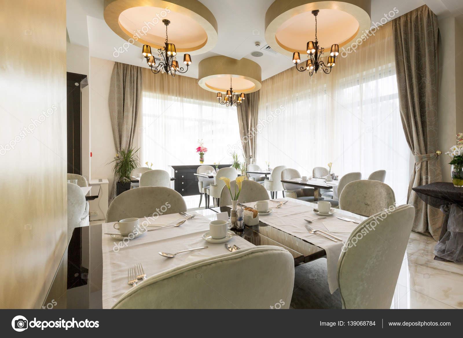 Interni di un ristorante di hotel di lusso moderno foto for Interni lusso