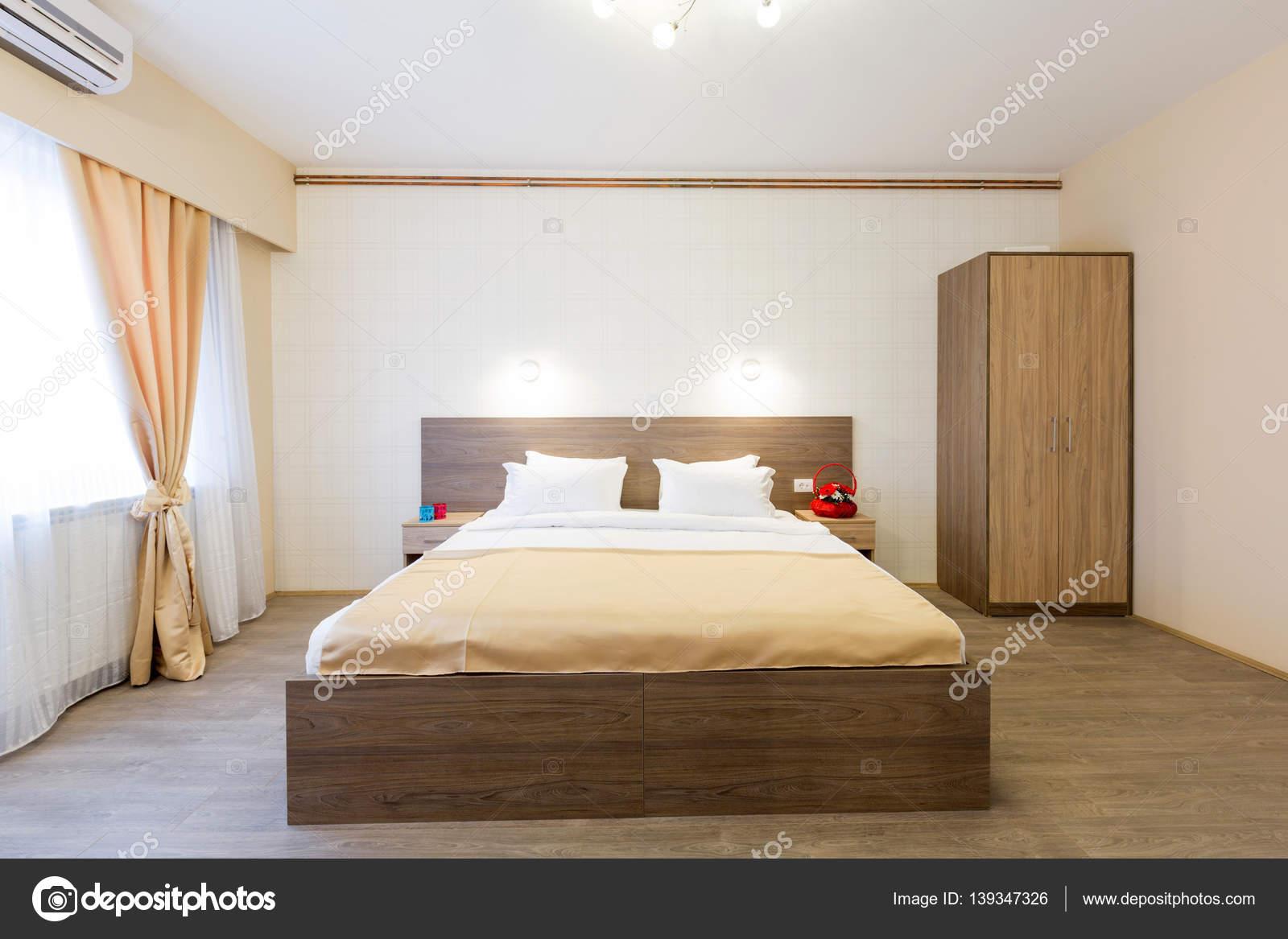 interieur van een hotel slaapkamer met master bed stockfoto