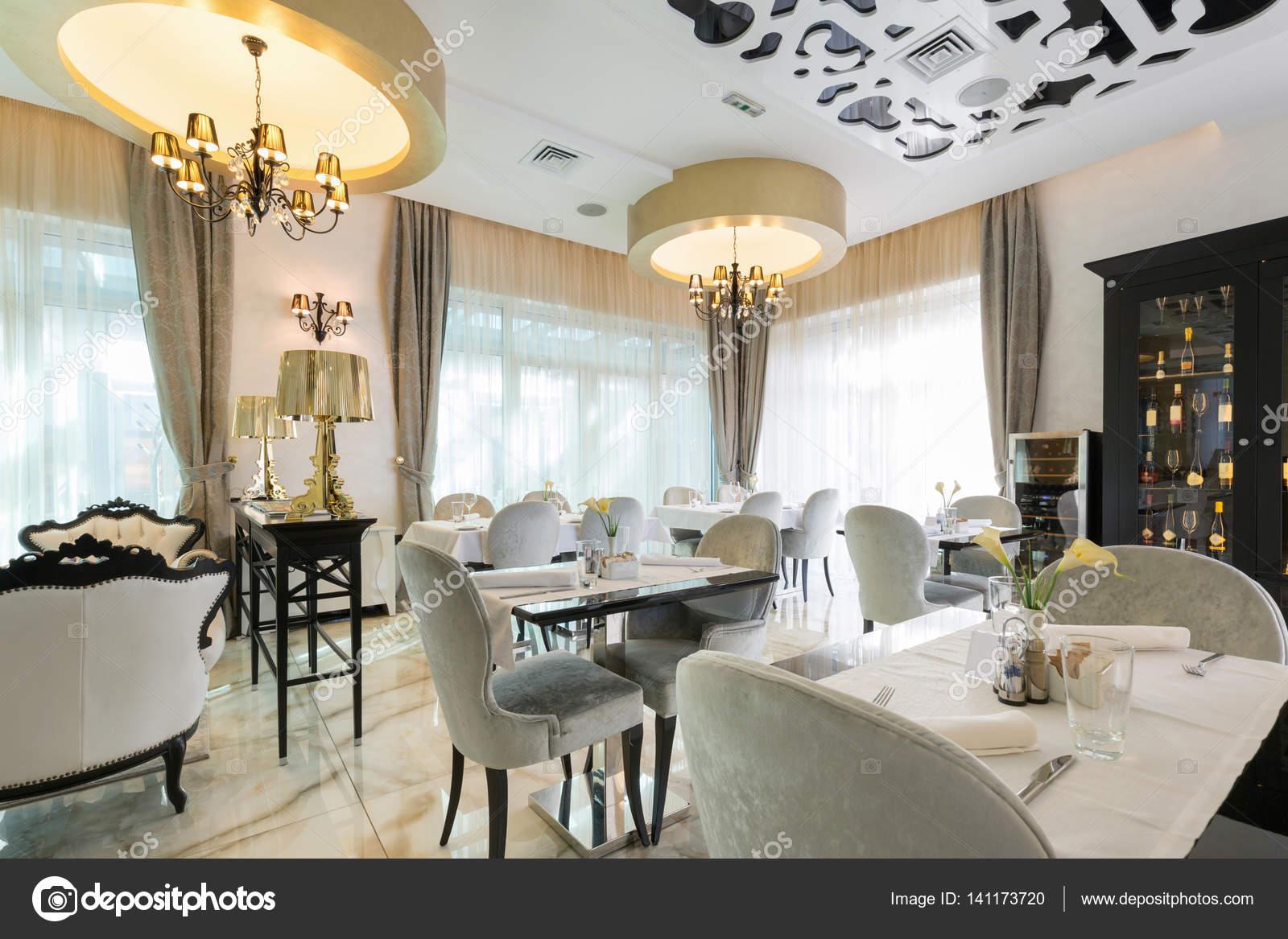 Interni di un ristorante di hotel di lusso moderno foto for Foto arredamenti interni moderni