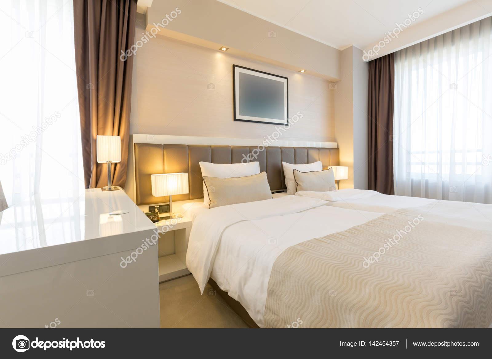 Interni di una nuova camera da letto hotel — Foto Stock © rilueda ...