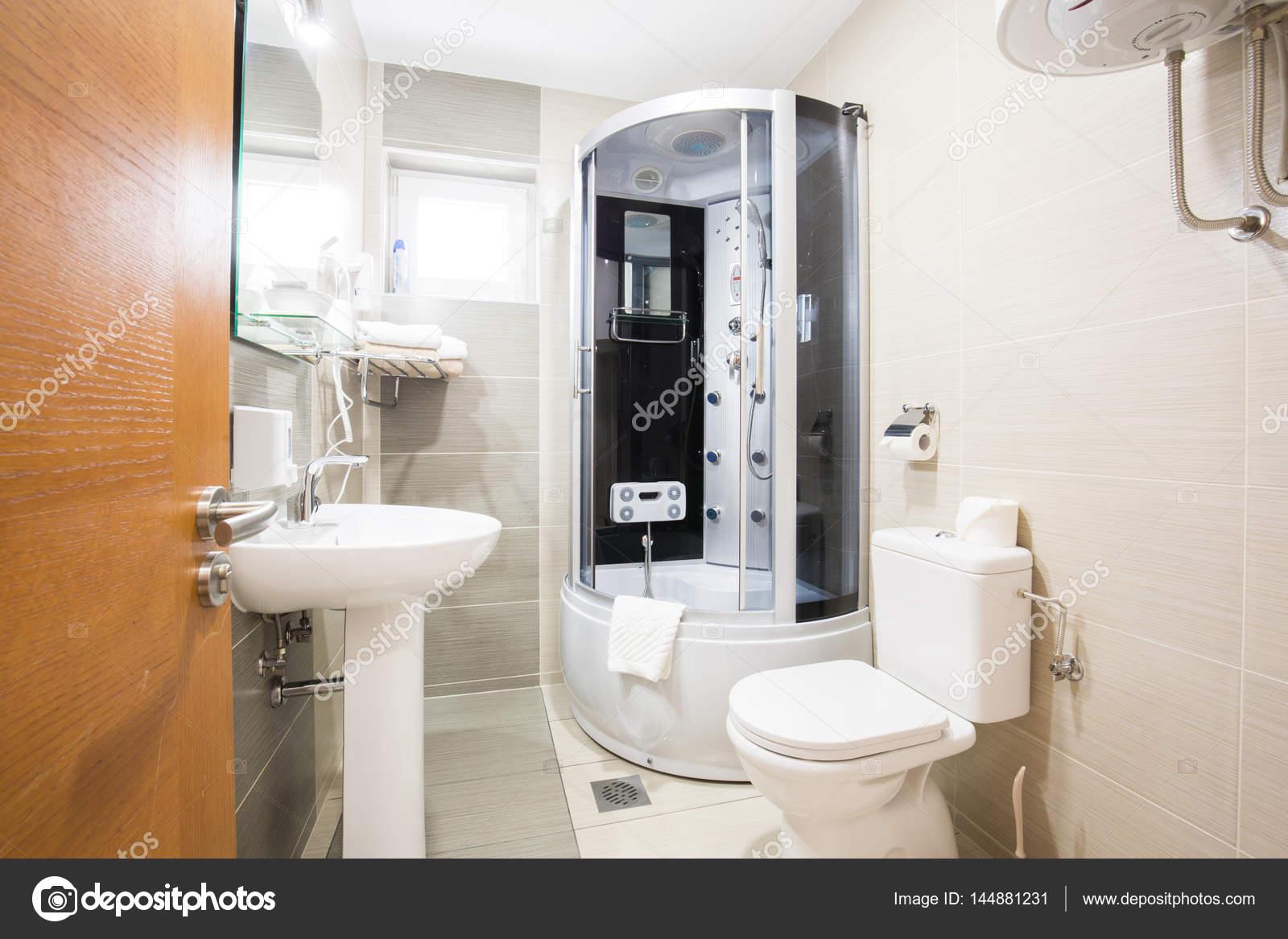Petite salle de bain design d\'intérieur — Photographie rilueda ...