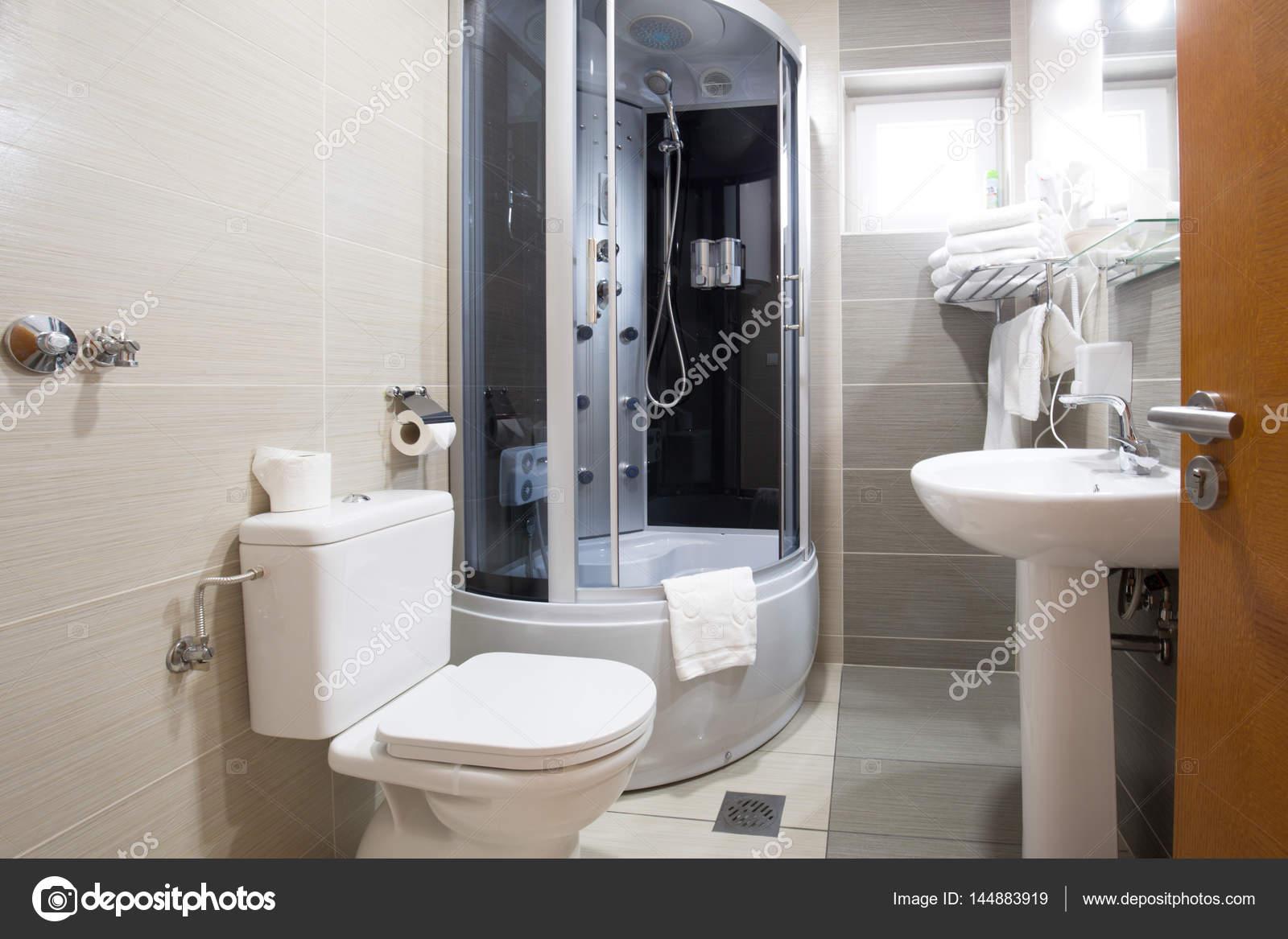 Pequeño cuarto de baño diseño de interiores — Foto de stock ...
