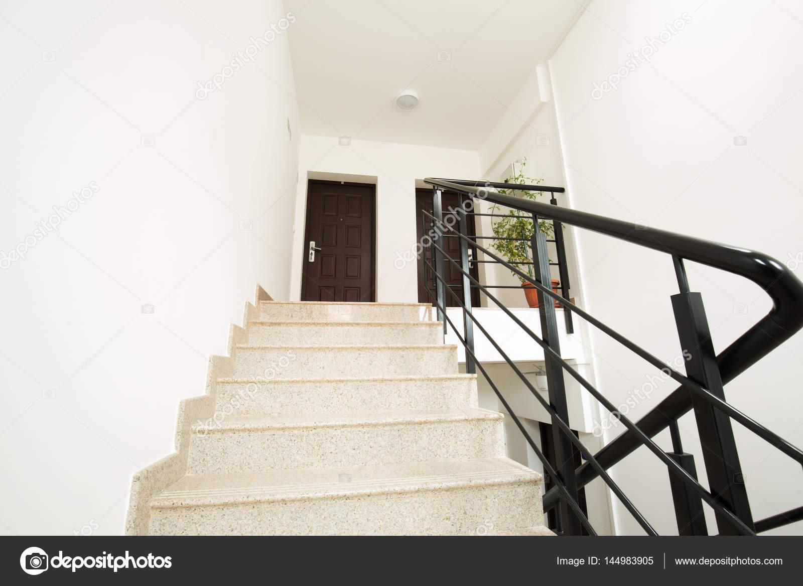 Huis interieur trap u stockfoto rilueda