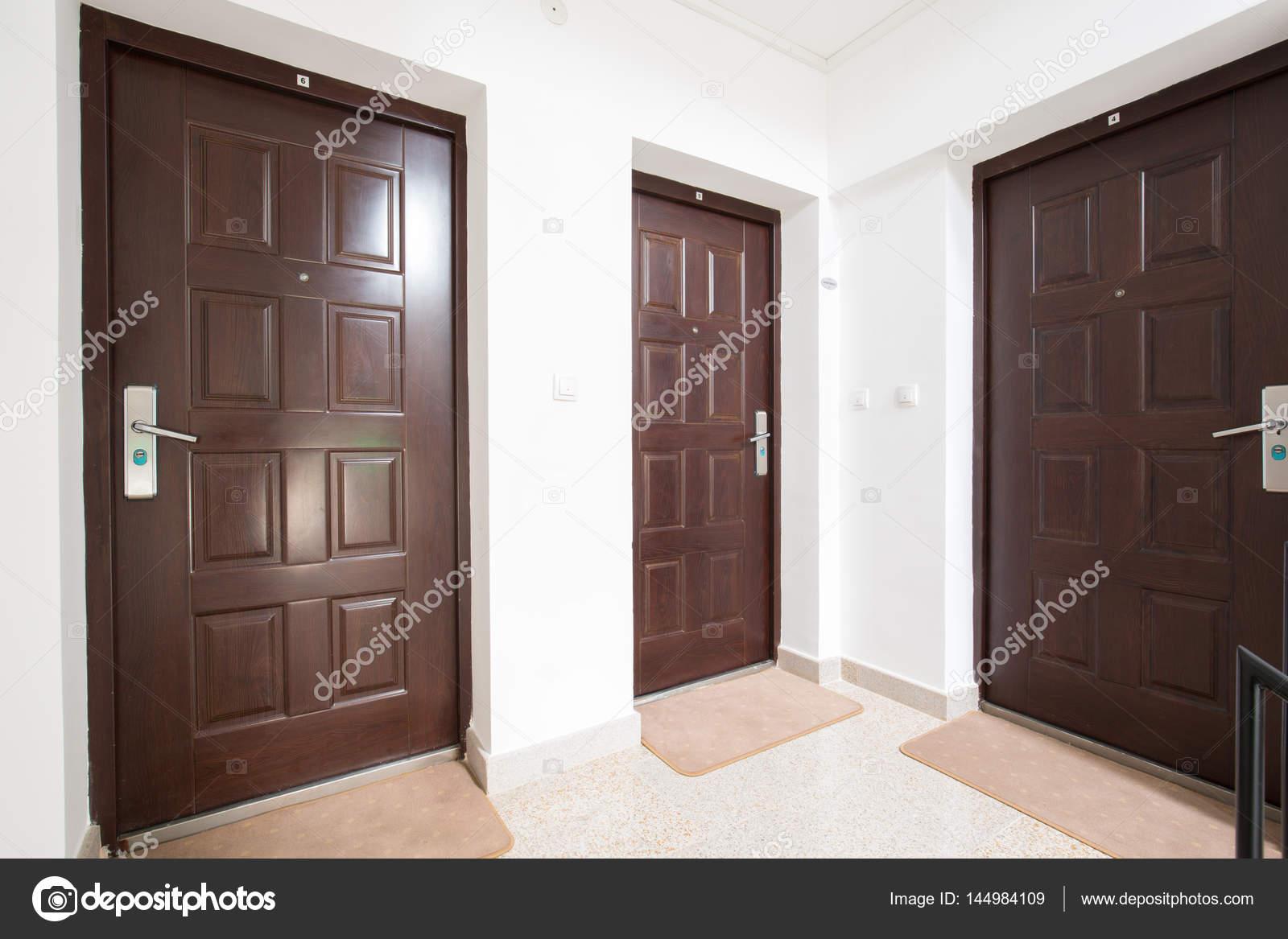 Couloir de l\'appartement avec portes — Photographie rilueda ...