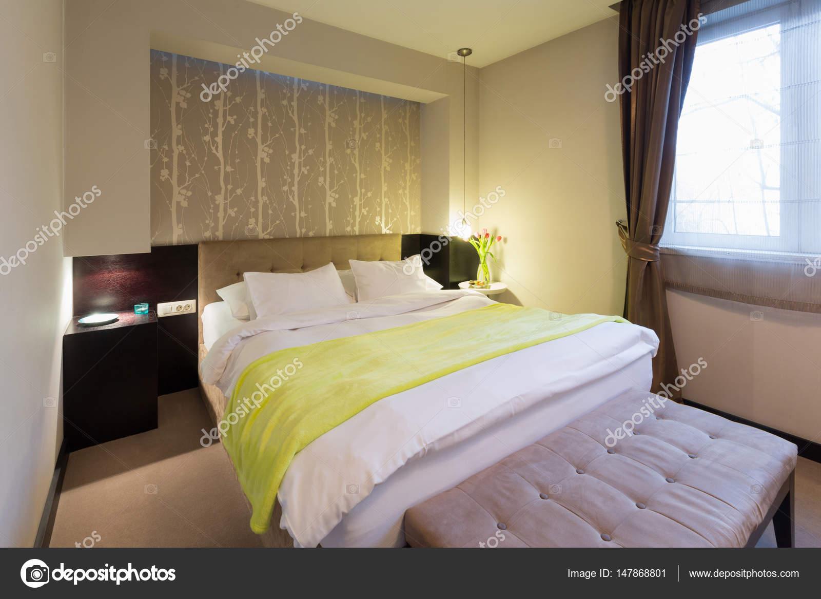 interieur van een hotelkamer met double bed stockfoto