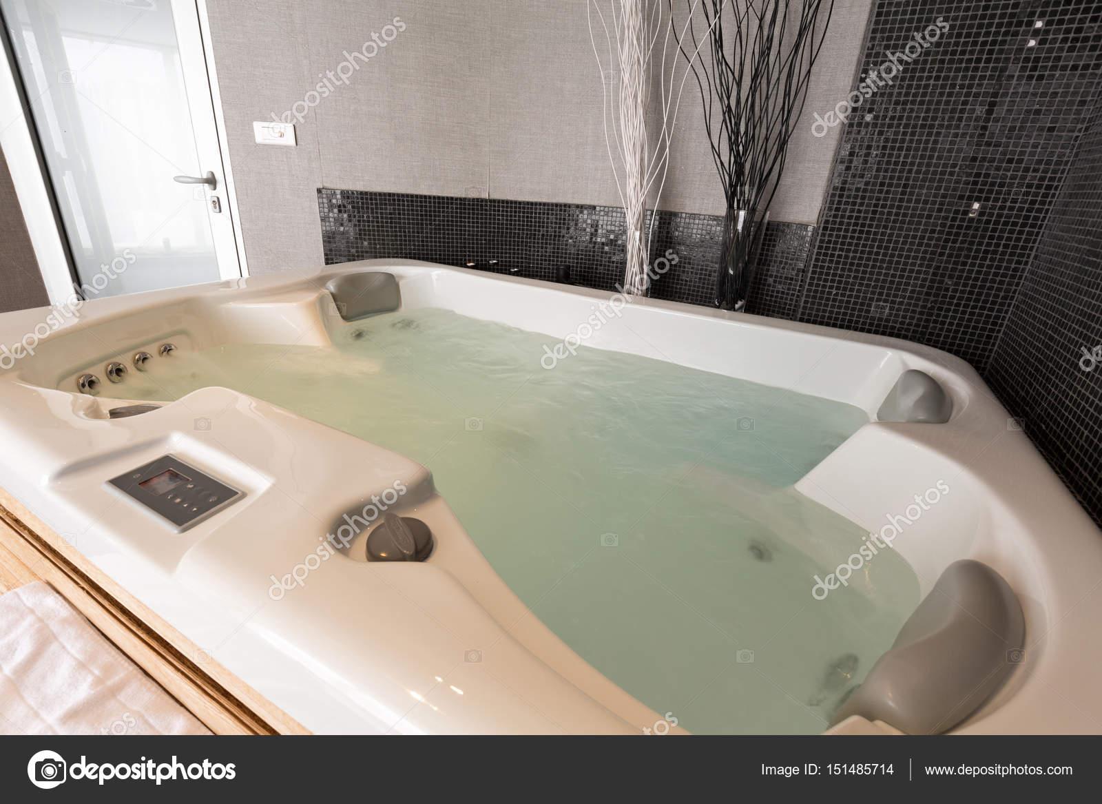 Baignoire jacuzzi au centre de spa d\'hôtel — Photographie rilueda ...