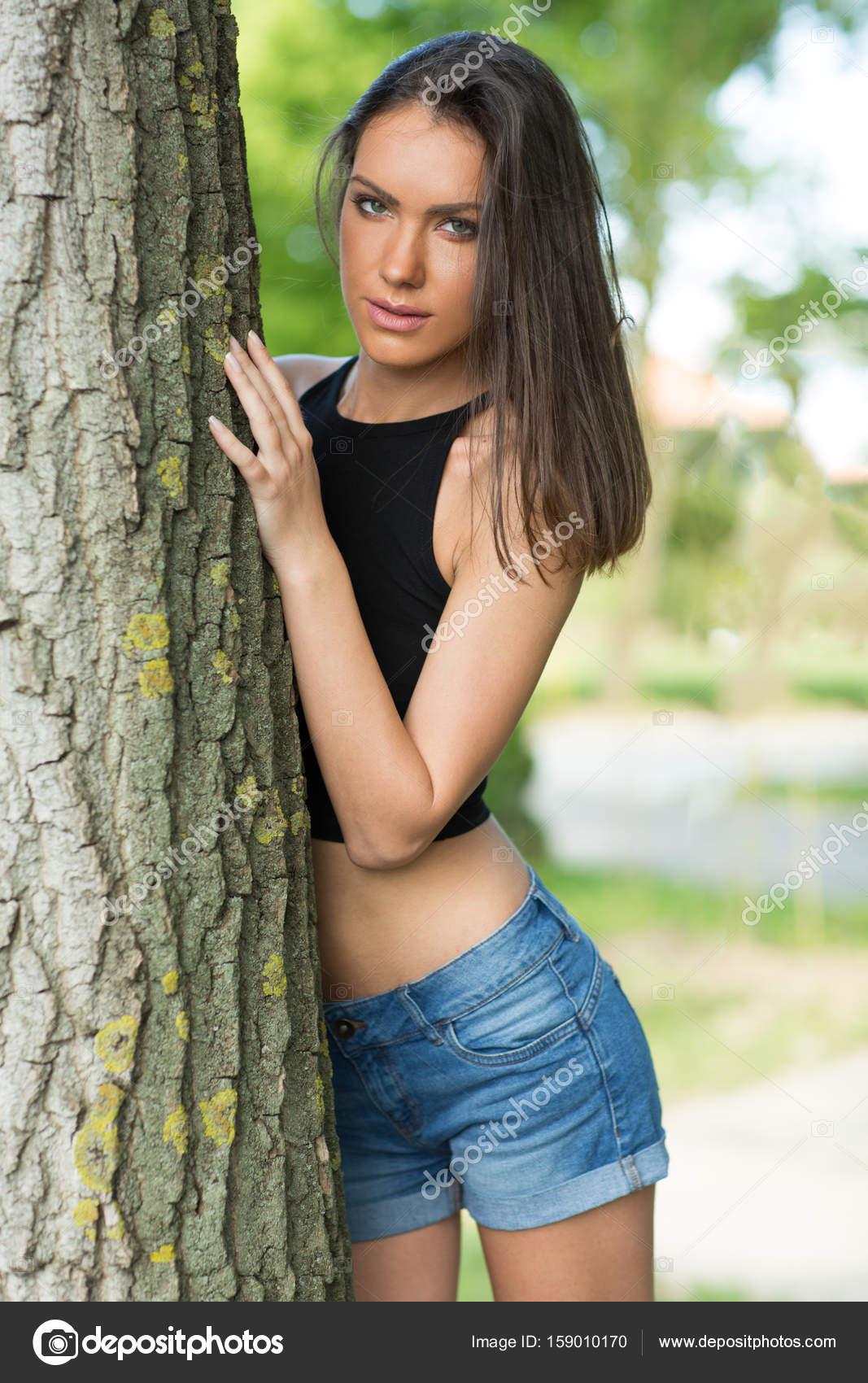e2111c5ae36c Schöne Frau trägt Jeans-Shorts und Top im freien — Stockfoto ...