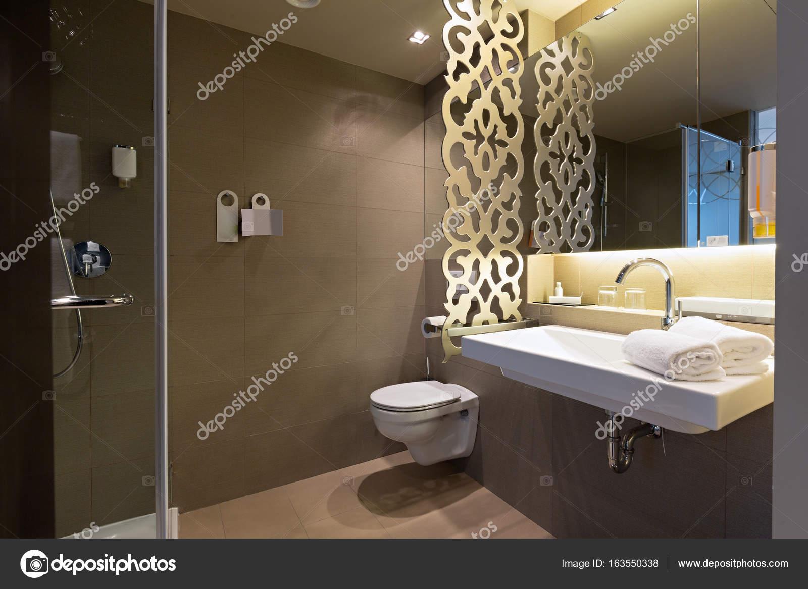 Sala Da Bagno Lusso : Interiore della stanza da bagno in hotel di lusso u foto stock