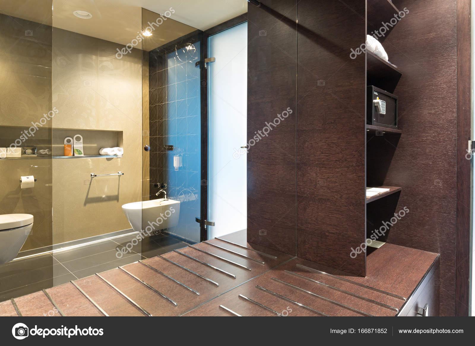 Intérieur de la salle de bain en hôtel de luxe — Photographie ...