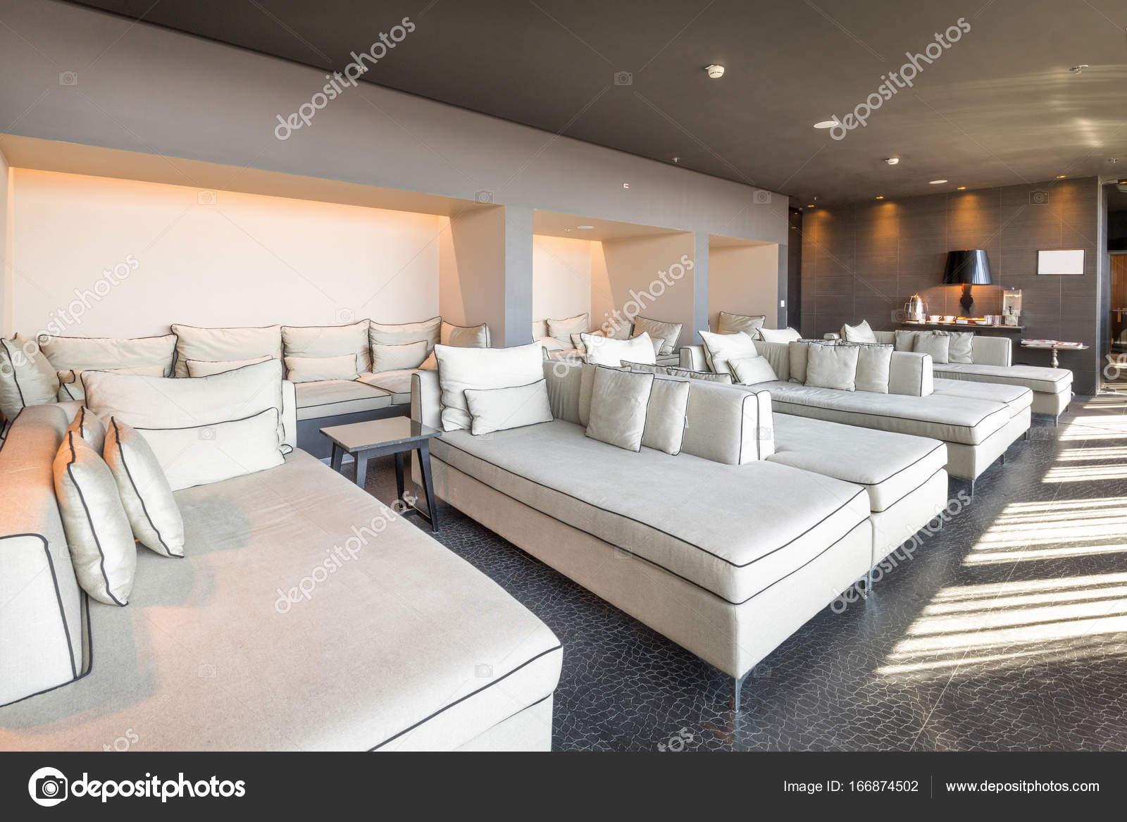 Salon de l\'hôtel de luxe moderne — Photographie rilueda © #166874502