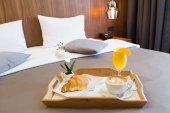 Frühstück im Bett, Interieur im Hotelzimmer