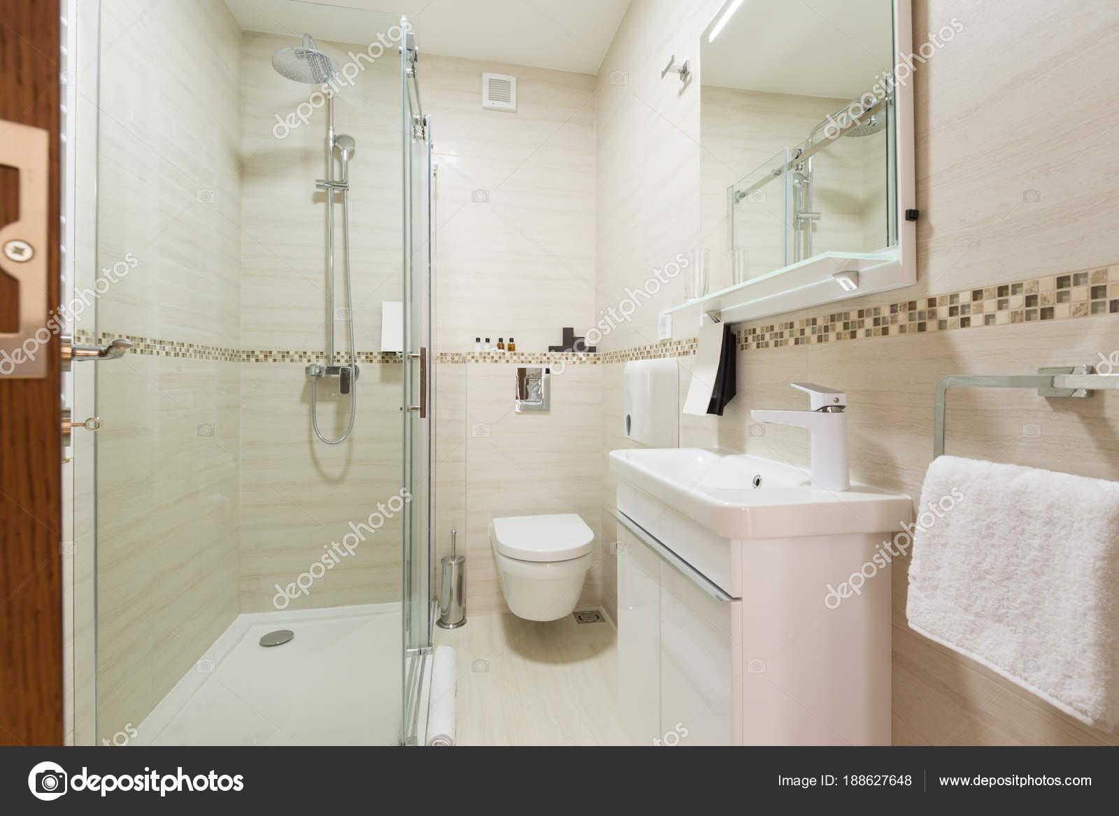 Innenraum eines Hotel-Badezimmer mit Duschkabine — Stockfoto ...