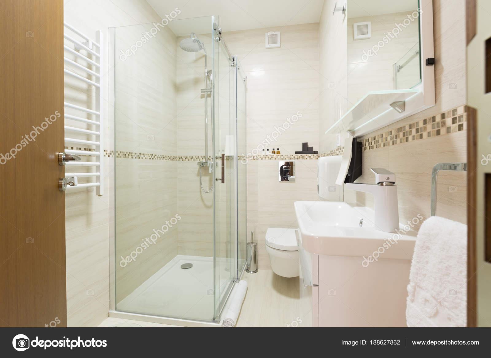f7d1a50141 Interni di un bagno con cabina doccia — Foto Stock © rilueda #188627862