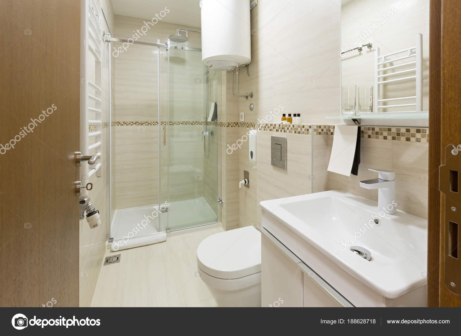 Interieur van een hotel-badkamer met douchecabine — Stockfoto ...