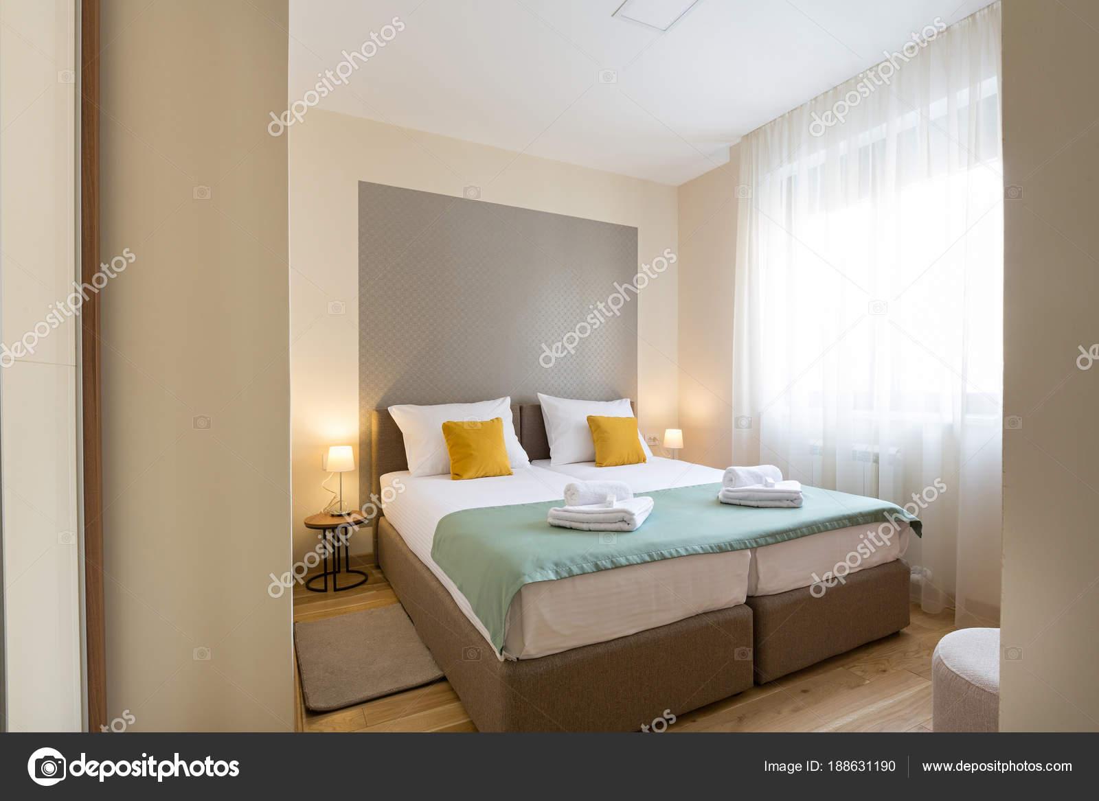 interieur van een hotel slaapkamer met tweepersoonsbed stockfoto