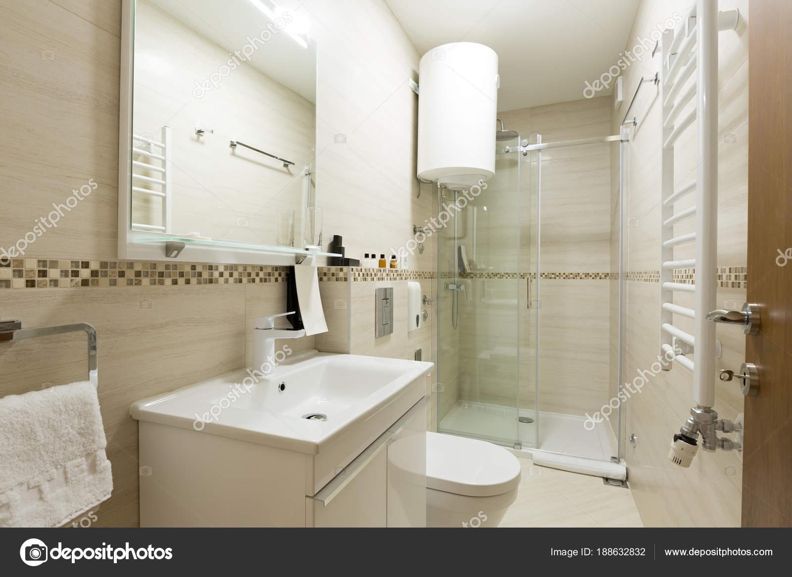 74615fe964 Interni di un bagno con cabina doccia — Foto Stock © rilueda #188632832