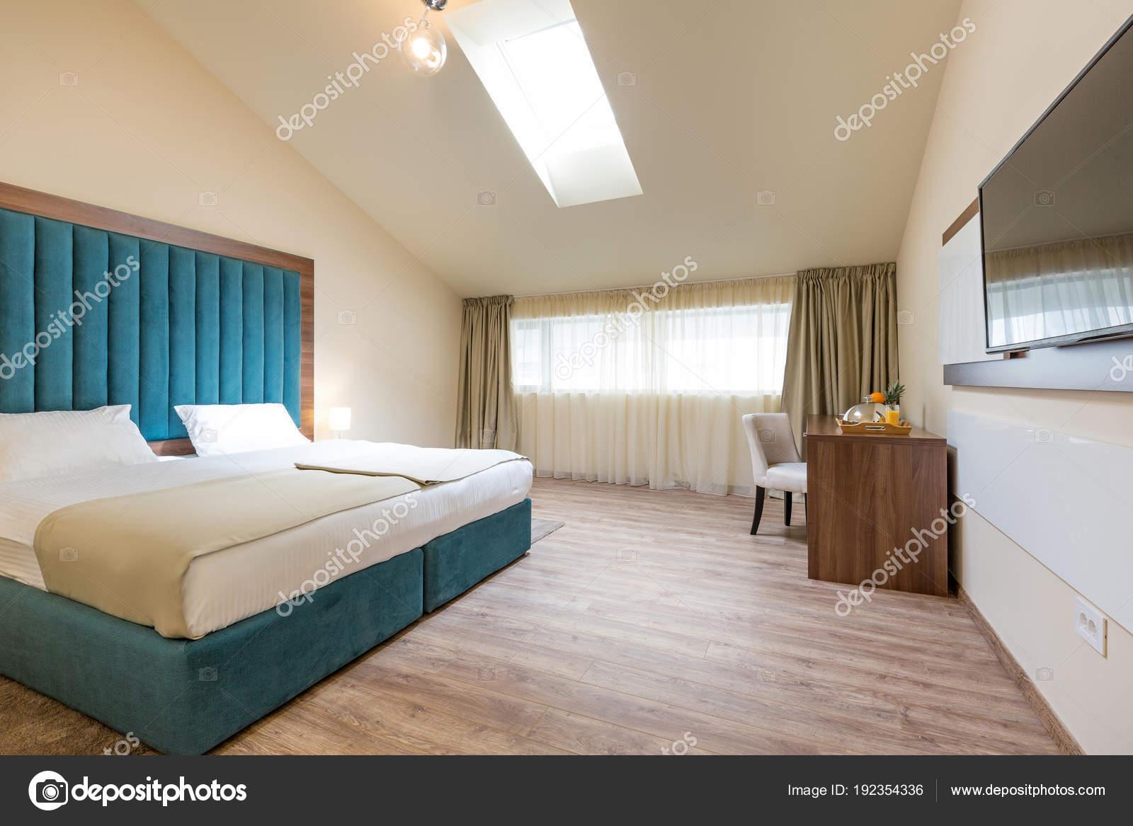interieur van een dubbel bed hotel slaapkamer in de ochtend stockfoto