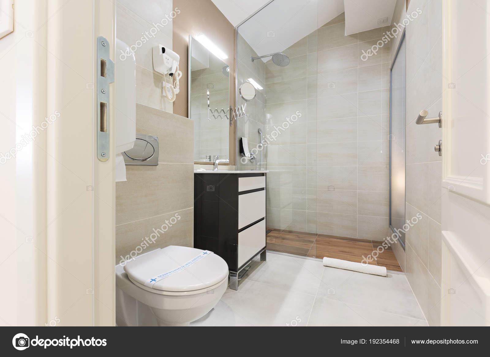 interno di un bagno dell\'albergo — Foto Stock © rilueda #192354468