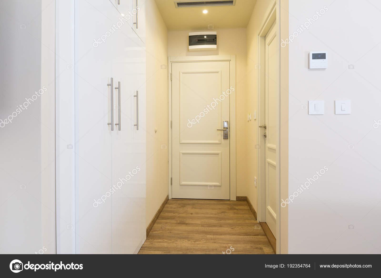 Couloir d\'entrée à l\'intérieur de chambre de l\'hôtel — Photographie ...