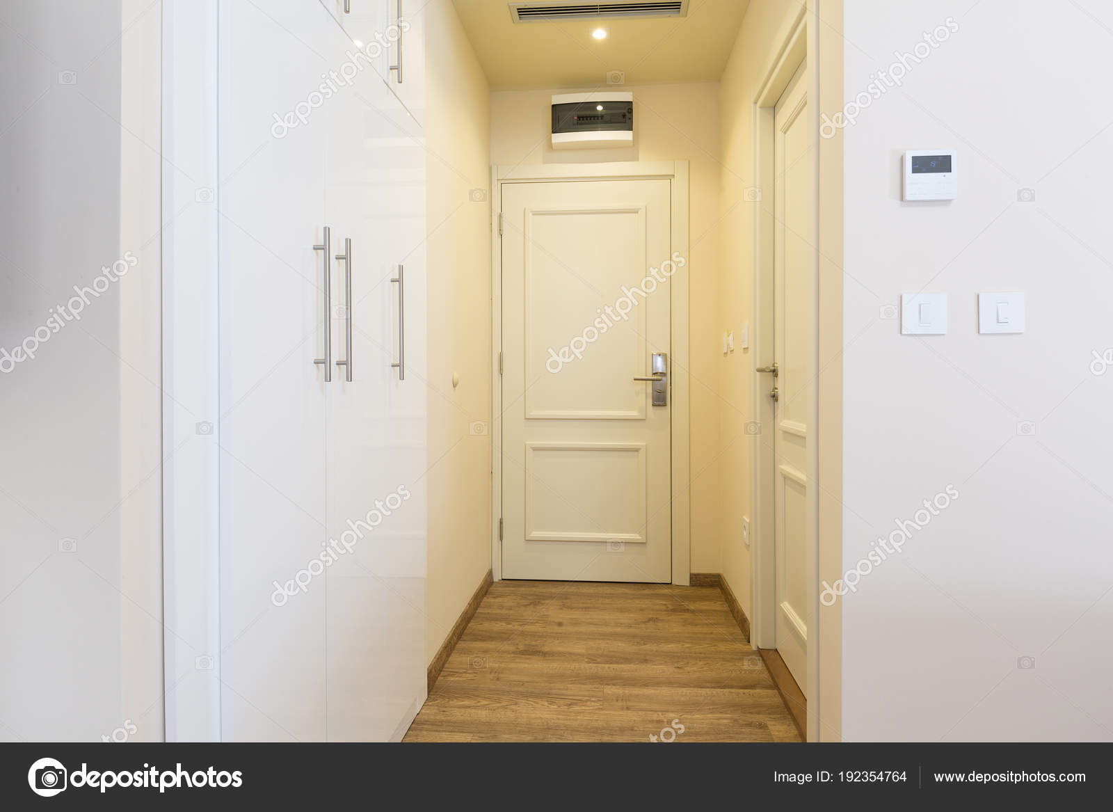 Ingang gang in hotel kamer interieur u2014 stockfoto © rilueda #192354764