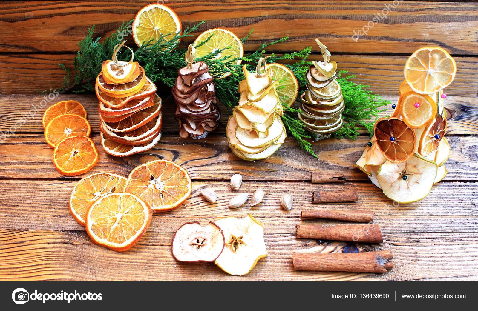 Decorazioni invernali con frutta secca e agrumi thuja e - Decorazioni con frutta essiccata ...