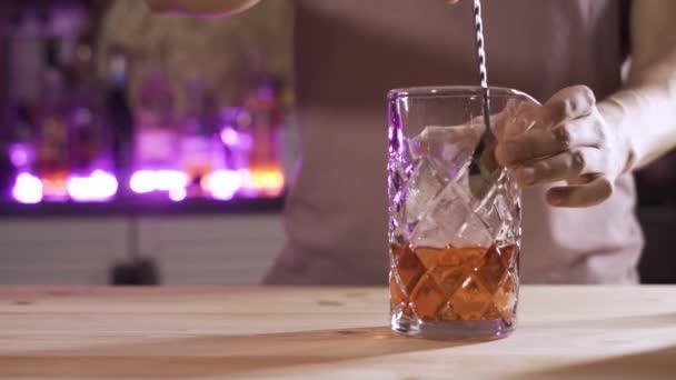 Barman Mixolog Kombinace složek a výroba alkoholických koktejlů v baru