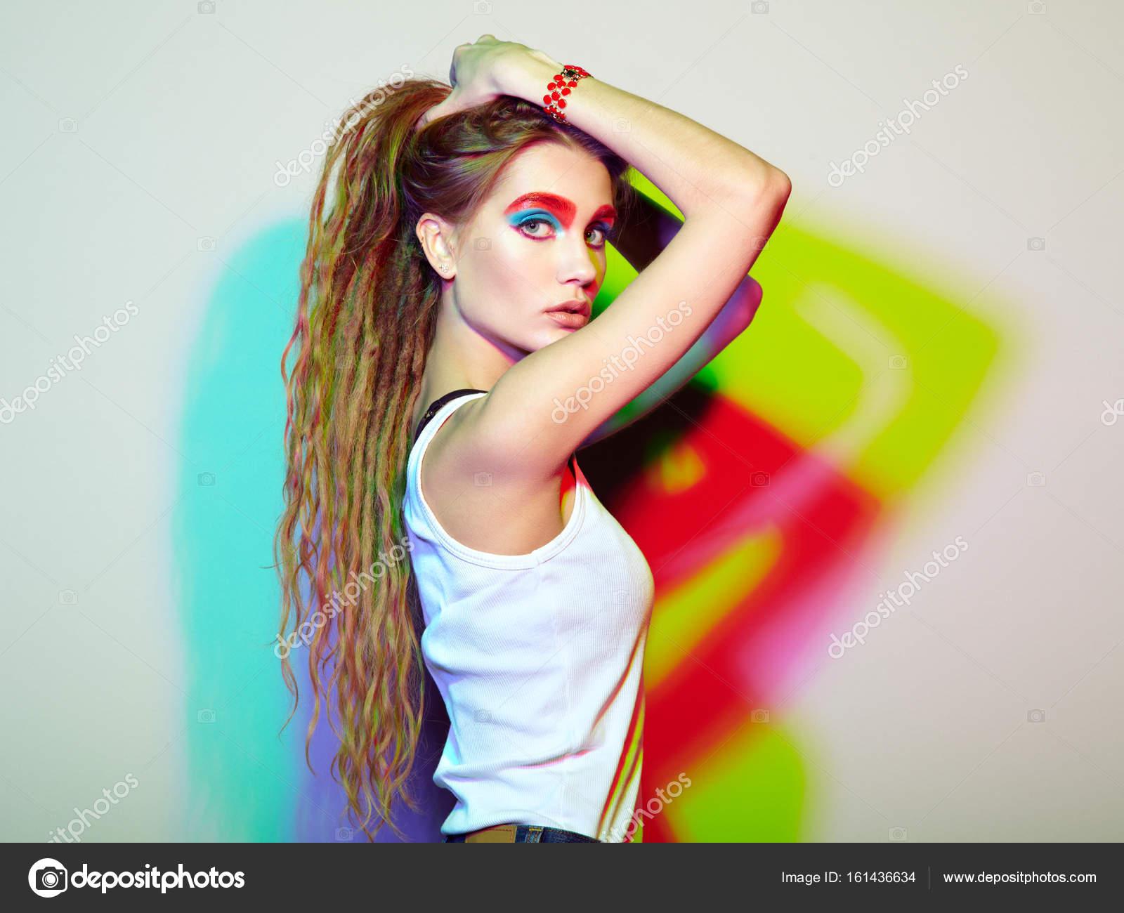 4d02c781a Retrato de joven hermosa chica con rastas. Foto de moda. Peinado.  Conforman. Estilo hippie - maquillaje hippie chica — Foto de ...