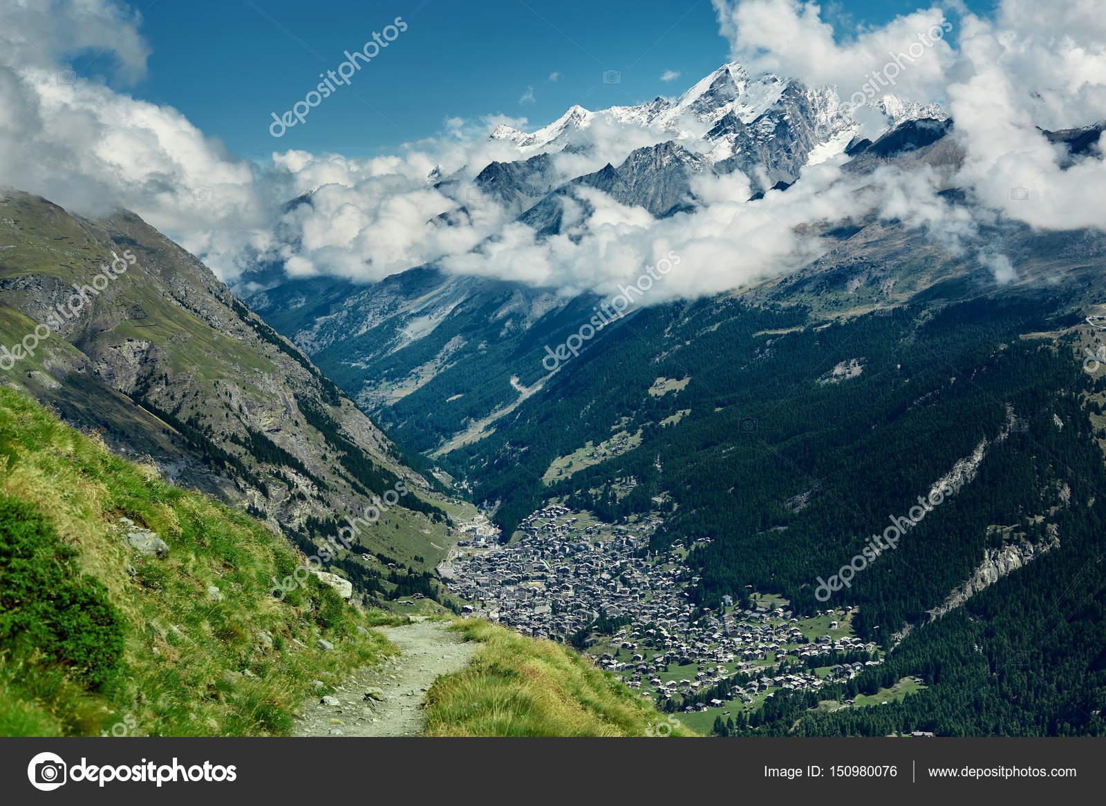 78535e7e38e Bela paisagem alpina com uma montanha caminho