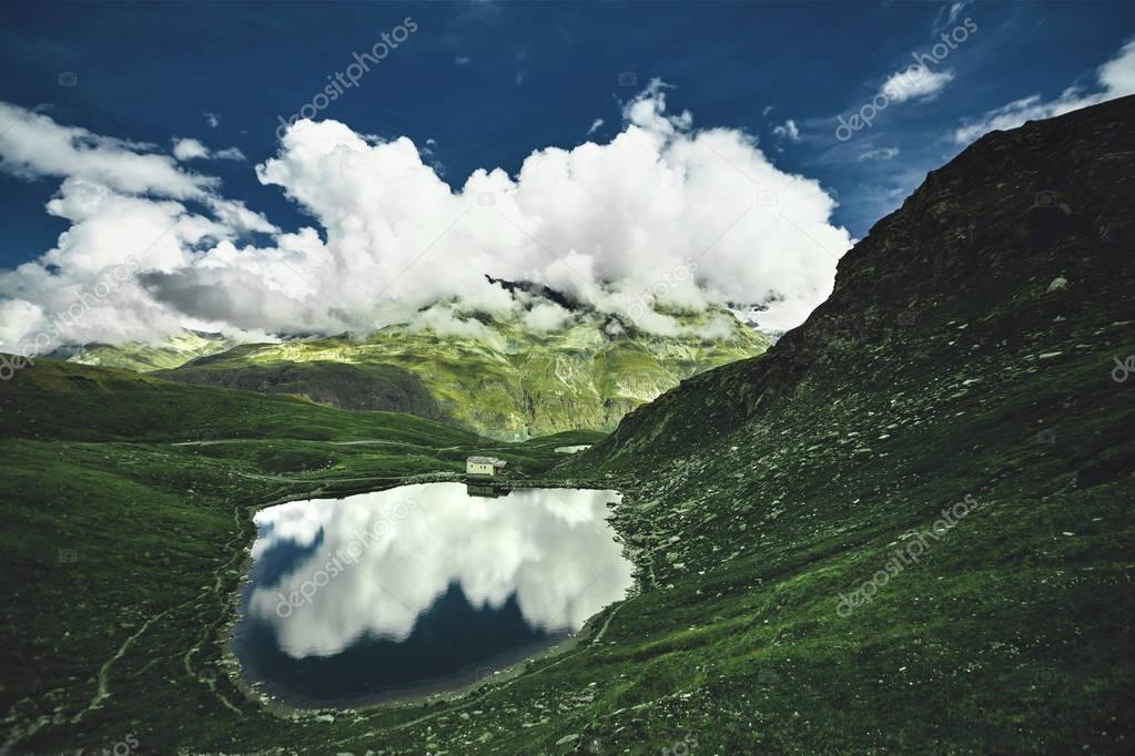 Фотообои Идиллический летний пейзаж с прозрачного горного озера в Альпах