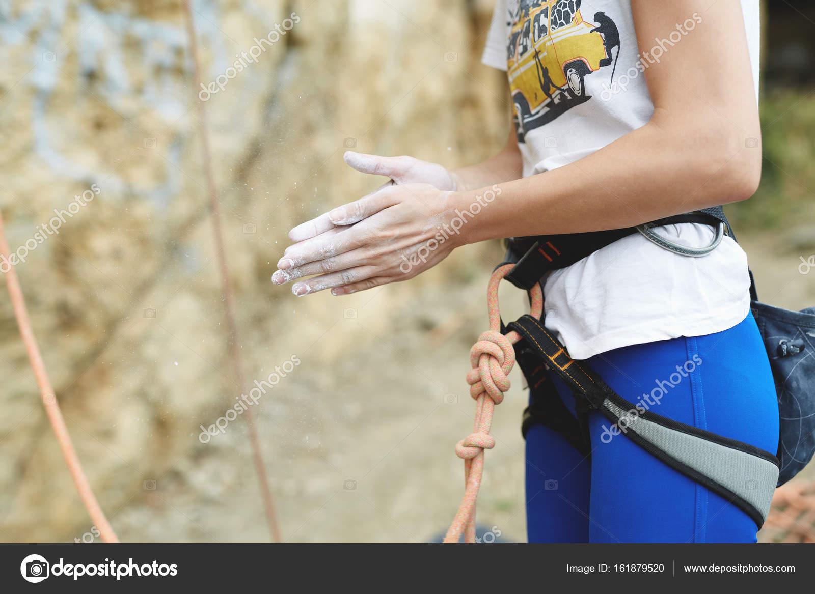Klettergurt Aus Seil : Frau kletterer bereitet sich auf den felsen zu skalieren u2014 stockfoto