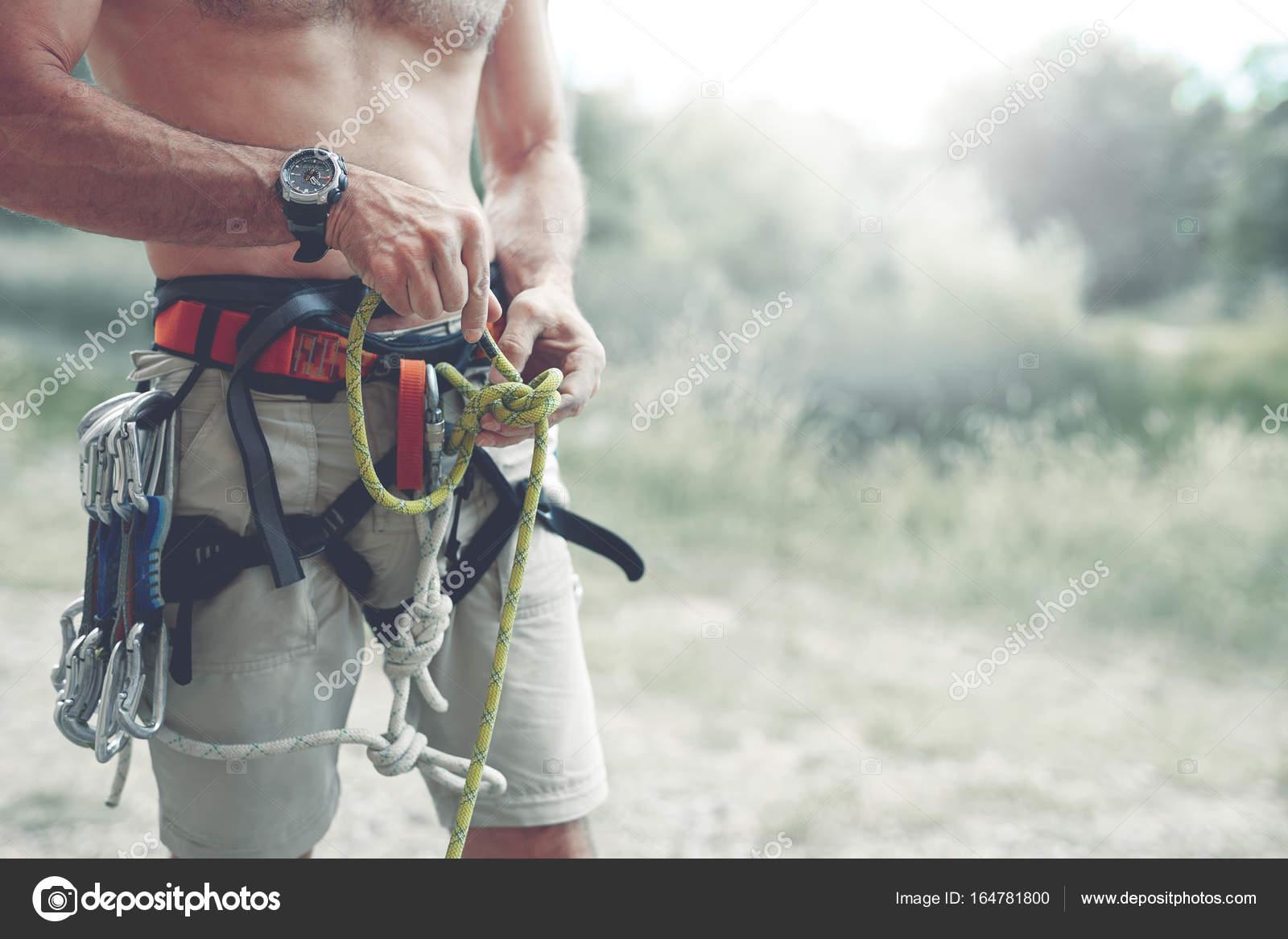 Klettergurt Aus Seil Machen : Ein mann knoten einen auf klettergurt u stockfoto