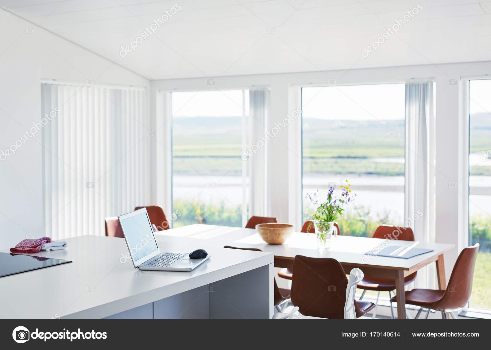 computer portatile sul tavolo bianco a casa sulla cucina — Foto ...