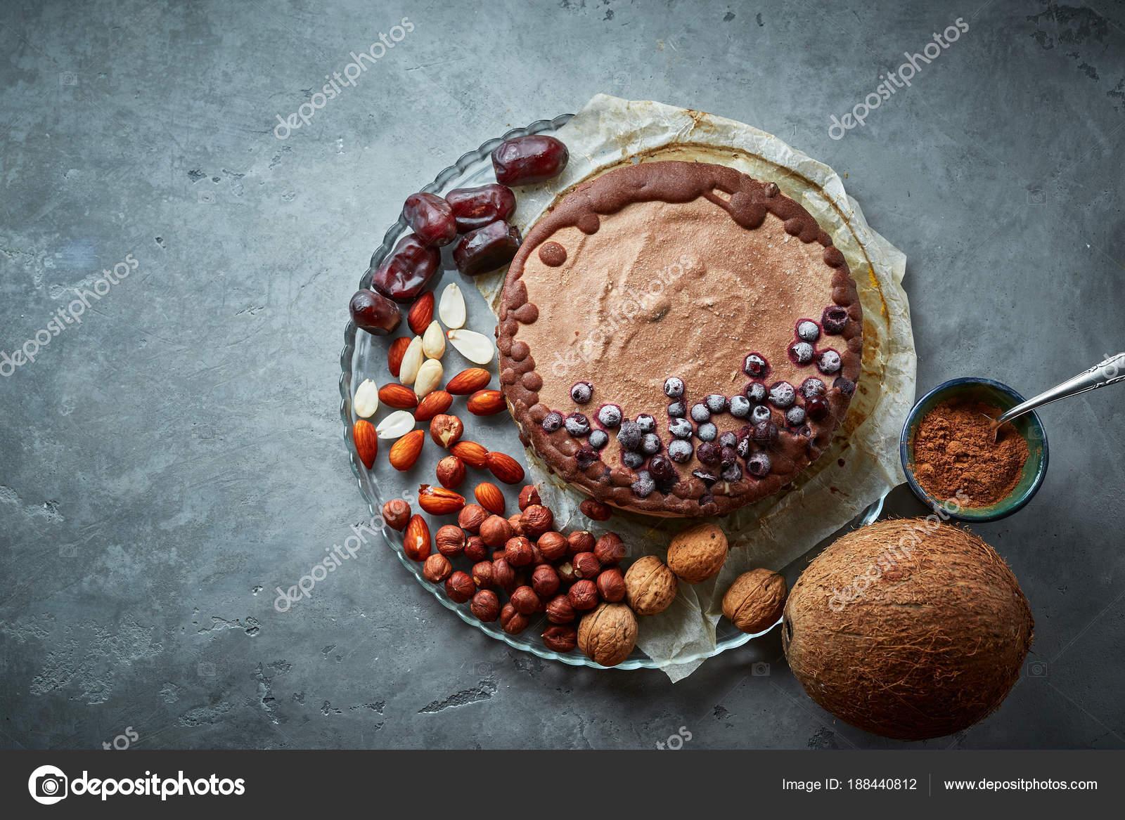 Vegane Schokolade Kuchen Mit Verschiedenen Nussen Datteln Und