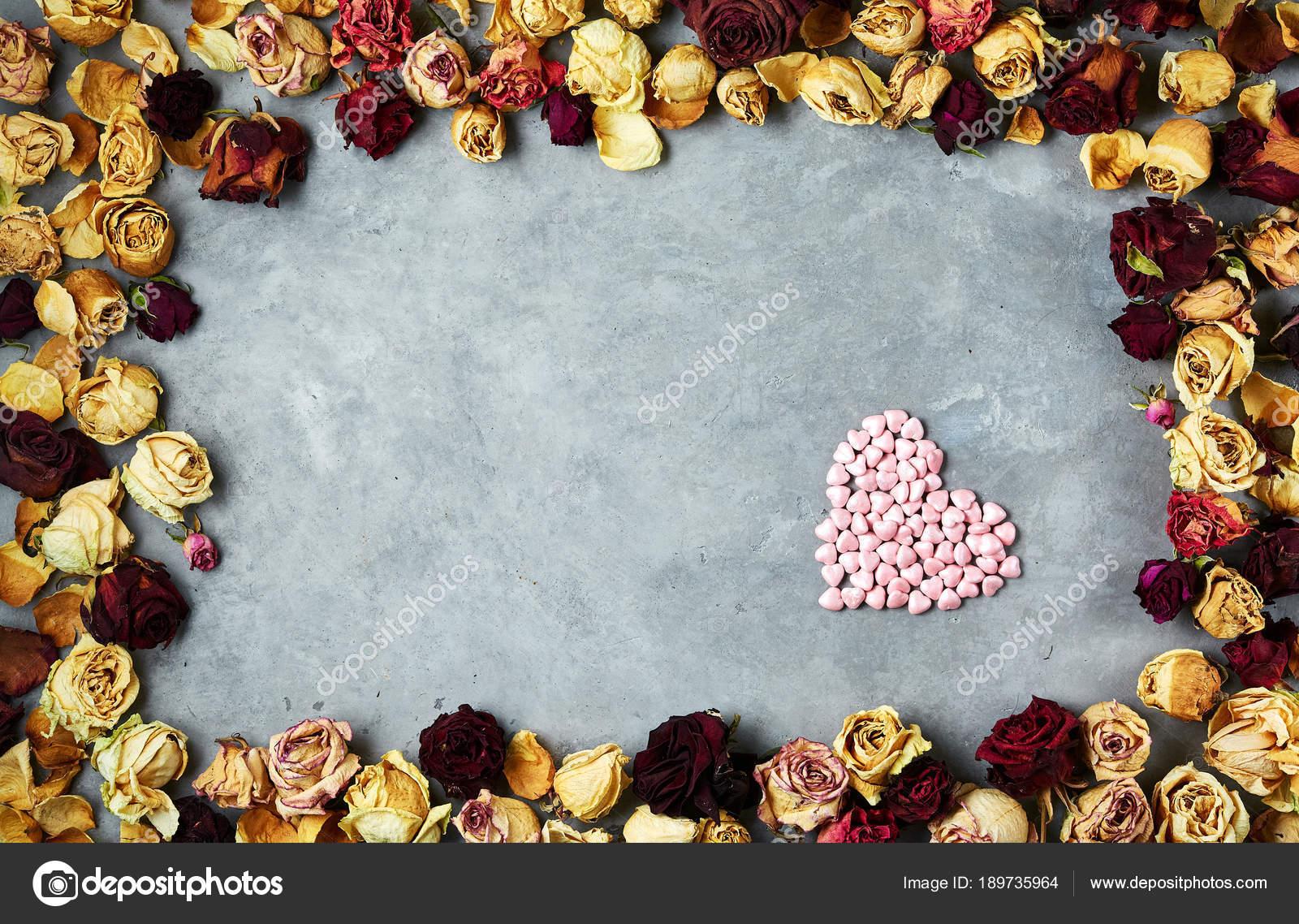 gran corazón de corazones decorativos en el marco de los brotes de ...