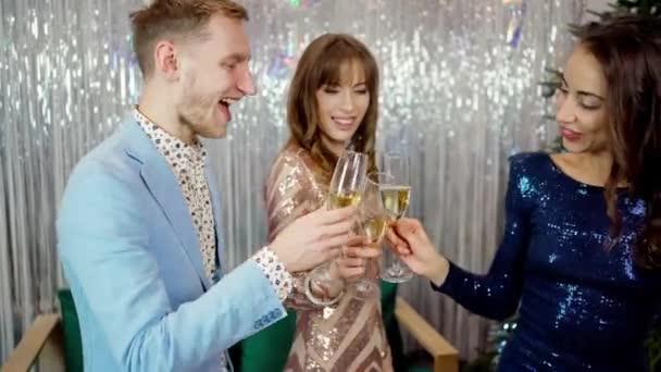 boldog mosolygós emberek csilingelő szemüveg a karácsonyi partin