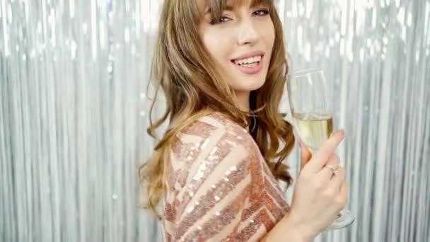 boldog nevetés fényes gyönyörű fiatal nő pezsgő pohár ünnepli újév