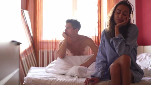 csalódott, szomorú fiatalember ül az ágyban