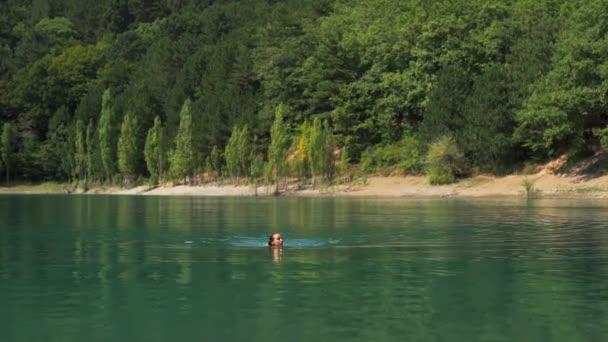 boldog nő úszás hegyi tó