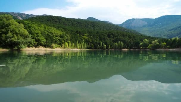 panoráma gyönyörű festői táj türkiz hegyi tó, erdők és hegyek