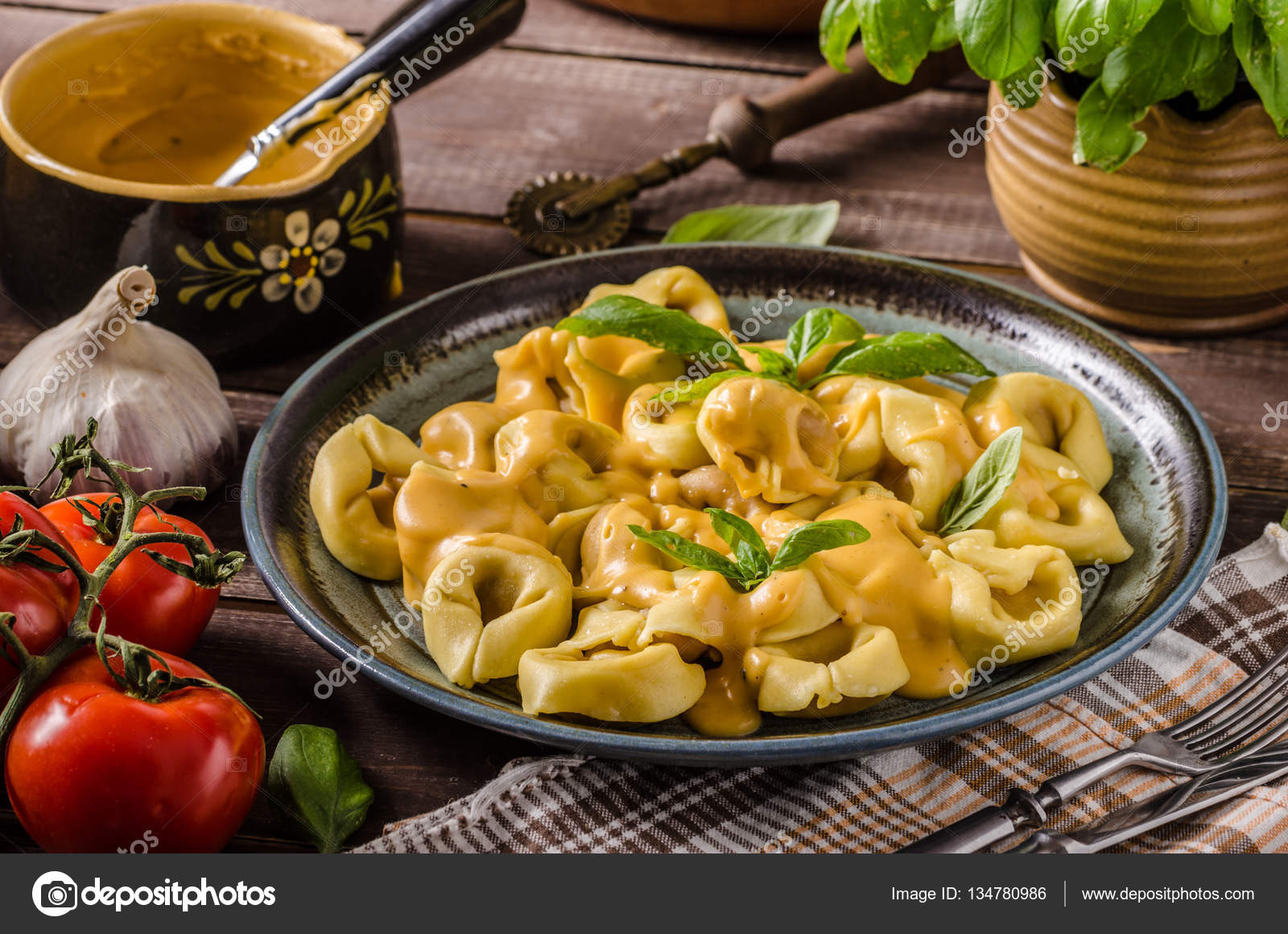 Tortellini mit Käsesauce — Stockfoto © Peteer #134780986