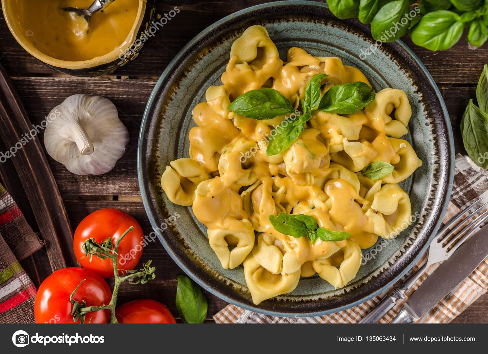 Tortellini mit Käsesauce — Stockfoto © Peteer #135063434