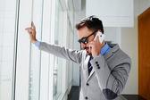 Zuversichtlich Mann Chef in Luxus Anzug prüft E-mail via Handy vor Treffen mit Mitarbeitern