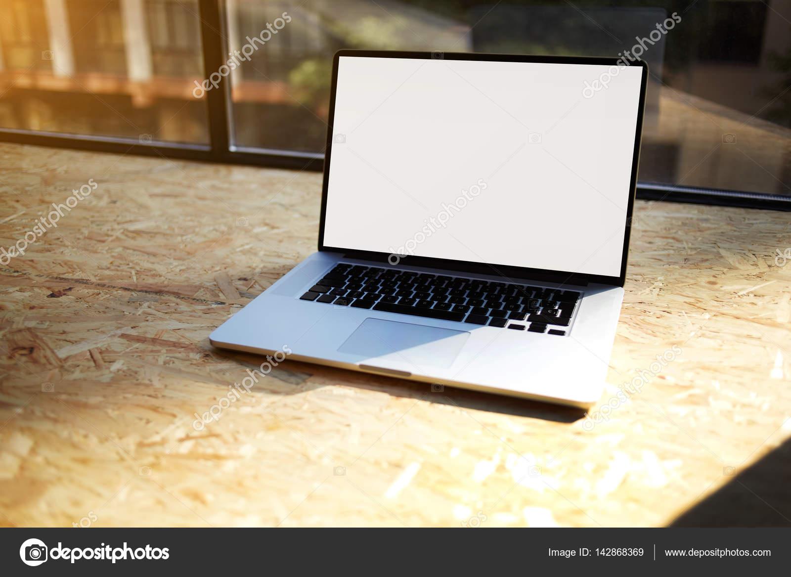Nahaufnahme eines modernen Laptop-Computer am Heim-PC, verbunden mit ...