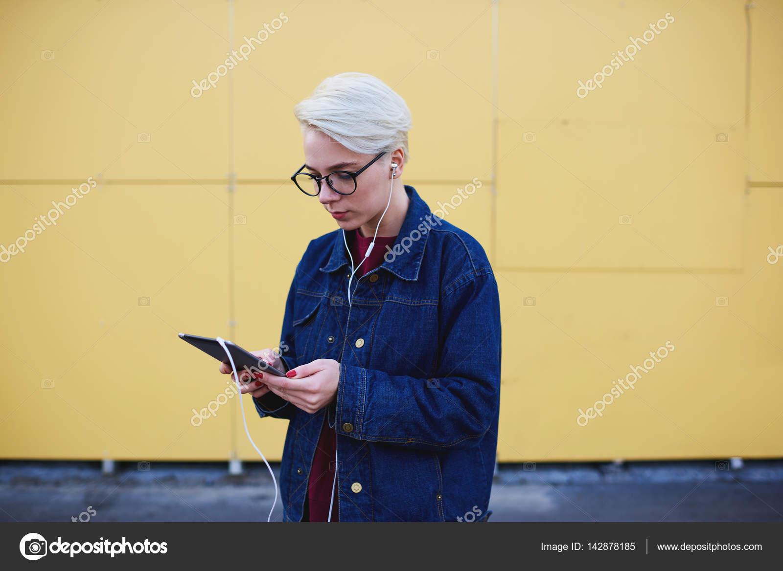 59aa35d2f288 Mladá žena bederní sledování streamovaného videa z online překlad ...