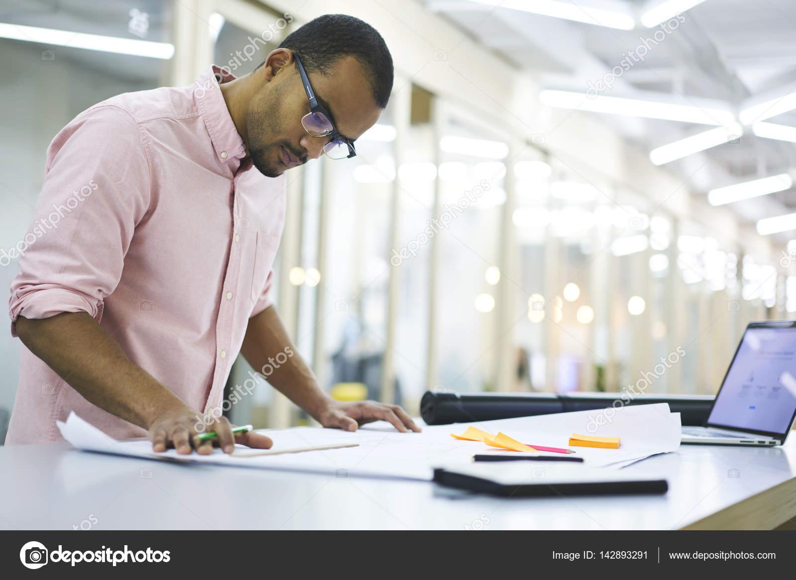 Guy maken model van interieur u stockfoto gaudilab